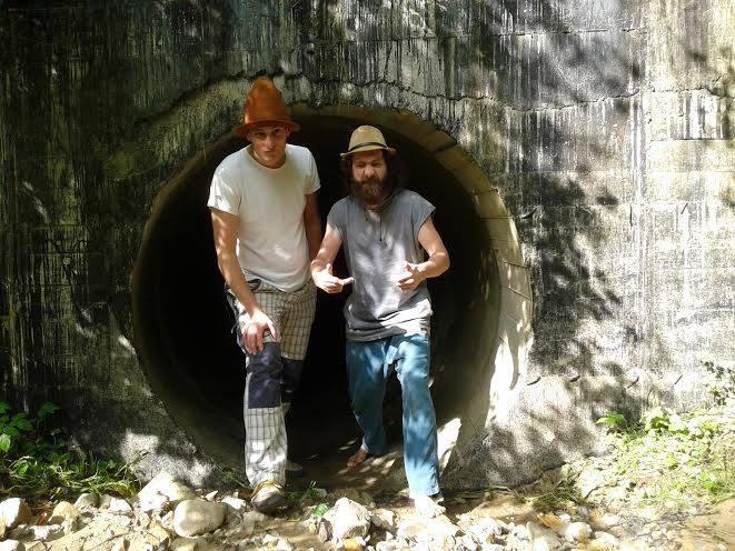 wejsccie do tunelu z wyscigiem rowerowym